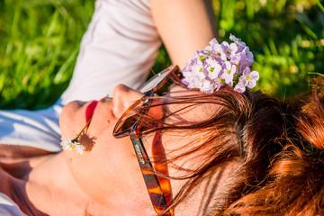 Femme se reposant dans l'herbe verte