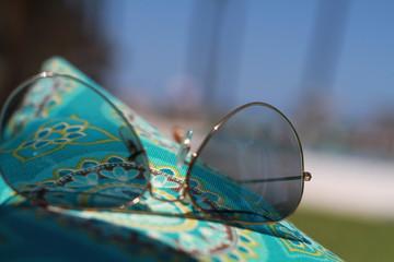 Lunettes de soleil sur tissus turquoise