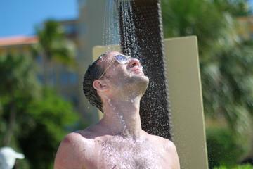 Homme prennant une douche