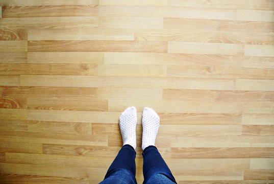 Füße auf Laminat