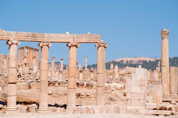 Jerash, Giordania, 04/10/2013: le colonne ioniche del Foro ovale e sullo sfondo le corinzie del Tempio di Artemide nell'antica Gerasa, uno dei siti di architettura romana meglio conservati al mondo