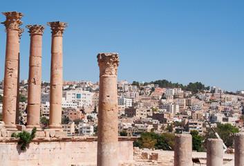Giordania, 04/10/2013: lo skyline della nuova Jerash e le colonne corinzie del Tempio di Artemide nell'antica Gerasa, uno dei più grandi e meglio conservati siti di architettura romana al mondo
