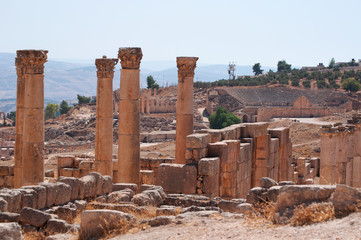 Giordania, 04/10/2013: le colonne corinzie del tempio di Zeus, costruito nel 162 dC a Jerash, l'antica Gerasa, uno dei più grandi e meglio conservati siti di architettura romana al mondo