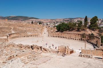 Giordania, 04/10/2013: lo skyline della moderna Jerash con vista del Foro ovale e del Cardo Massimo dell'antica Gerasa, uno dei siti di architettura romana meglio conservati al mondo