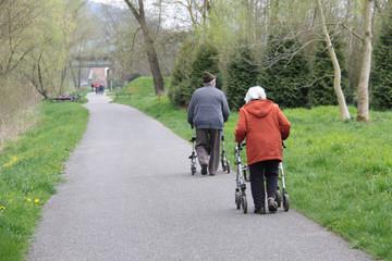 Senioren beim Spaziergang mit Rollatoren