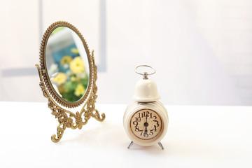 おしゃれな時計と鏡