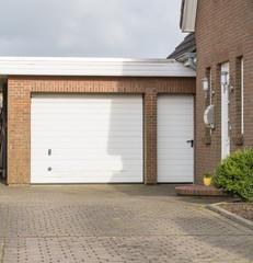 Garage mit Tor und Tür
