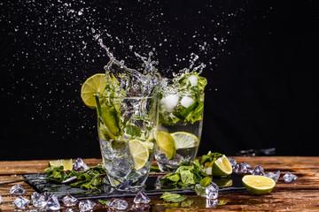 Poster de jardin Eclaboussures d eau Glasses with drink, splashes, lime