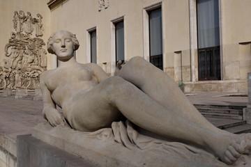 Statue de femme en pierre blanche allongée
