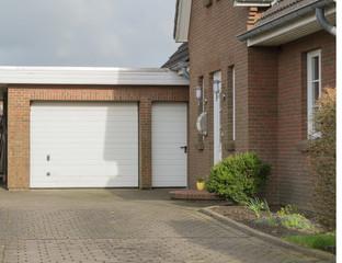 Eine Garage mit Weißem Tor und Tür