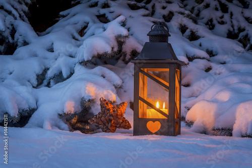 laterne zu weihnachten im schnee stockfotos und. Black Bedroom Furniture Sets. Home Design Ideas