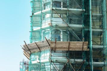 Impalcature e ponteggi per il rifacimento della facciata di un palazzo