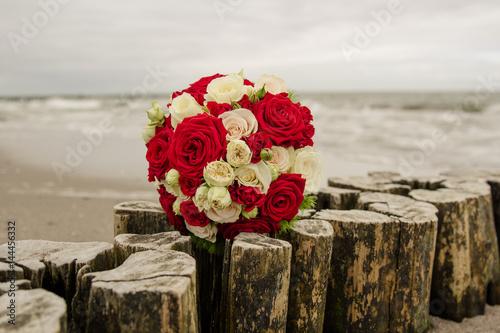 Brautstrauss Mit Rosen Am Strand An Der Ostsee Auf Einer Hochzeit