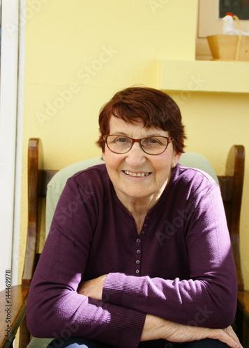 Sitting Vision Fauteuils.Portrait De Femme De 80 Ans Assise Dans Son Fauteuil