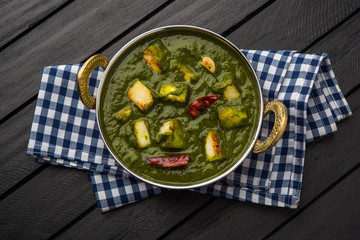 Türaufkleber Gericht bereit Indian curry dish - Palak paneer made up of spinach and cottage cheese, served in ceramic bowl, selective focus