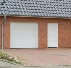 Garage mit weißer Tür und Tor