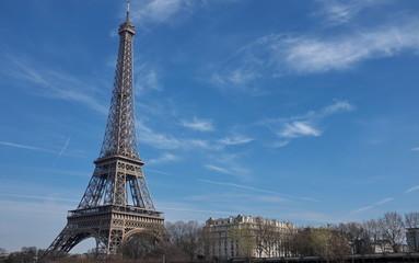 Tour Eiffel et ciel bleu
