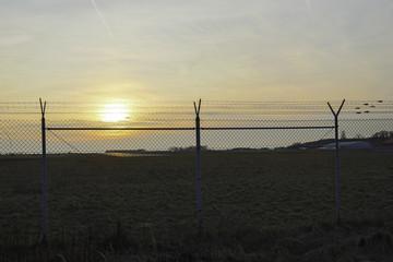 Flugplatzgelände im Sonnenuntergang