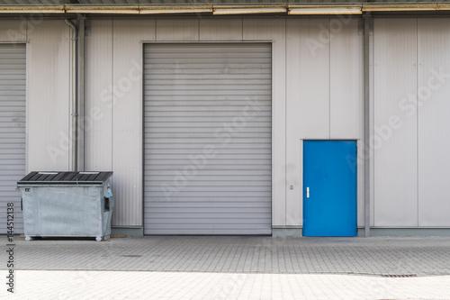 silbernes rolltor mit container und blauer t r photo libre de droits sur la banque d 39 images. Black Bedroom Furniture Sets. Home Design Ideas