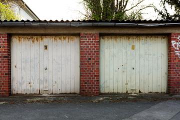 alte Garage mit verostetem Tor