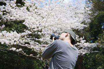 写真を撮影する男性
