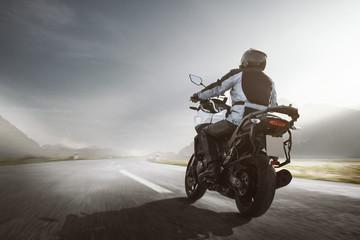 Motorrad fährt in einer Berglandschaft