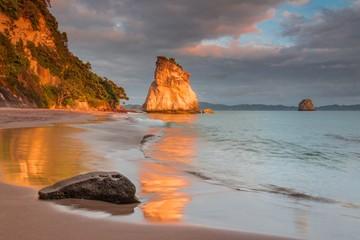 Zonsondergang bij Cathedral Cove, Coromandel, Nieuw-Zeeland