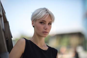 Portrait of woman in city Fototapete