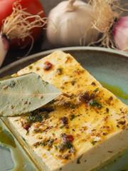 Bio Ziegenkäse mit Kräutern und Olivenöl