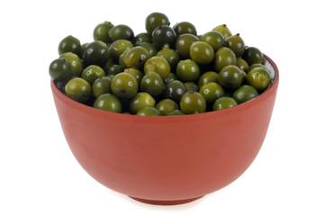 Bol de poivre vert sur fond blanc