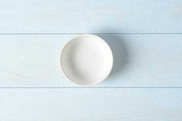 Cuenco de cerámica sobre mesa de madera azul