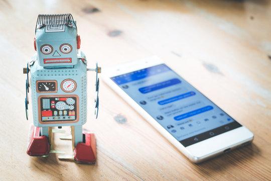 Chatbot / Social Bot, Smartphone und Chatverlauf