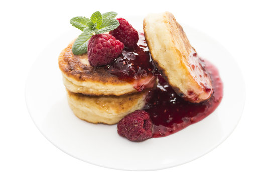 Cheese pancake with raspberries and mint