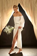 Frau im Kleid zeigt Beine