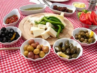 Gesundes türkisches Frühstück mit Oliven und Schafskäse in der Altstadt von Alacati in der Provinz Izmir in der Türkei