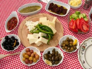 Holzteller und Schälchen mit türkischen Spezialitäten auf einem Frühstückstisch in Alacati in der Provinz Izmir in der Türkei