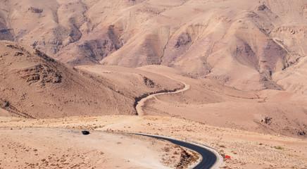 Giordania 05/10/2013: paesaggio desertico con la strada tortuosa verso il monte Nebo, l'altura citata nella Bibbia ebraica come il luogo in cui a Mosè fu concesso di vedere la Terra Promessa