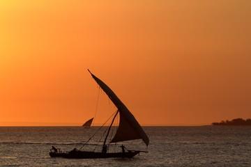 Segelboote im Sonnenuntergang auf Sansibar