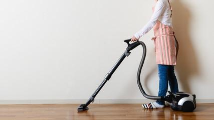 部屋の掃除をするアジア人女性