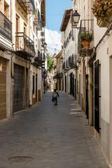 Junge in Gasse in Benissa Spanien