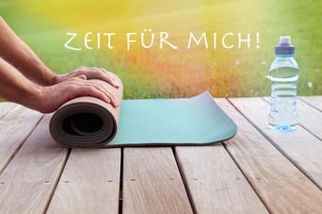 Hände mit Yogamatte: Zeit für mich