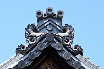 お寺の大屋根、真新しい瓦