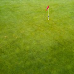 Loch mit Fahne auf einem Golfplatz