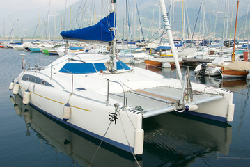 Catamarano ormeggiato nel porto turistico di Lovere sul lago di Iseo