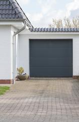 Garage mit einem grauen Tor