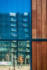 Reflets d'immeubles dans le quartier de Confluence à Lyon