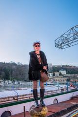 Femme photographe sur les quais de Saône dans le quartier de Confluence à Lyon