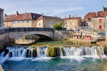 Rivière La Cuisance et pont de l'avenue Pasteur à Arbois en France