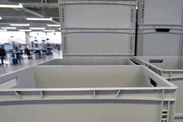 Kisten aus Kunststoff in einer Industriehalle