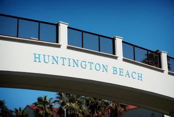 huntington beach sign on bridge over pacific coast highway